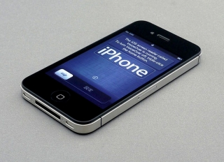 800px-IPhone_4S_unboxing_17-10-11.jpg